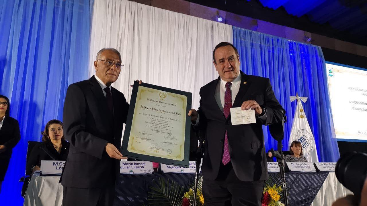 TSE entrega credenciales de mandatarios electos a Giammattei y Castillo
