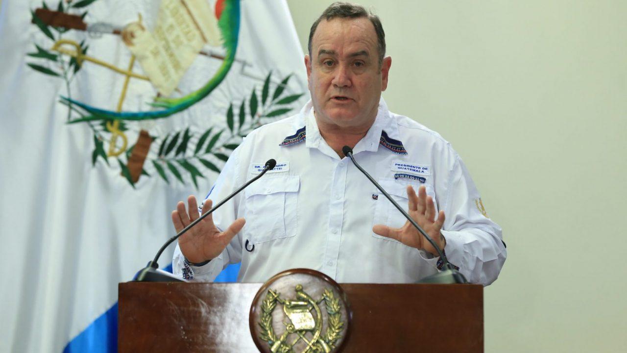 """Giammattei defiende """"éxito"""" contención de coronavirus y anuncia plan de rescate económico y de asistencia a familias"""