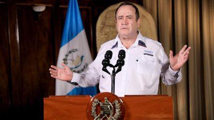 Presidente Giammattei fustiga a oposición que no respalda acciones contra COVID-19