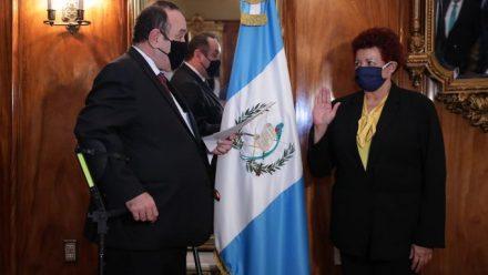 En plena escalada de contagios COVID-19, Giammattei destituye a ministro de Salud
