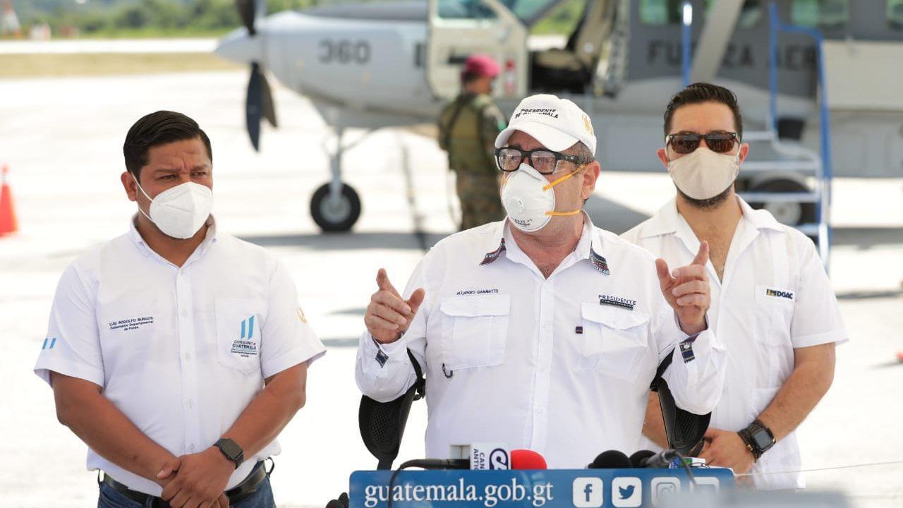 Presidente Giammattei acude a hospital Parque de la Industria por tratamiento Covid-19