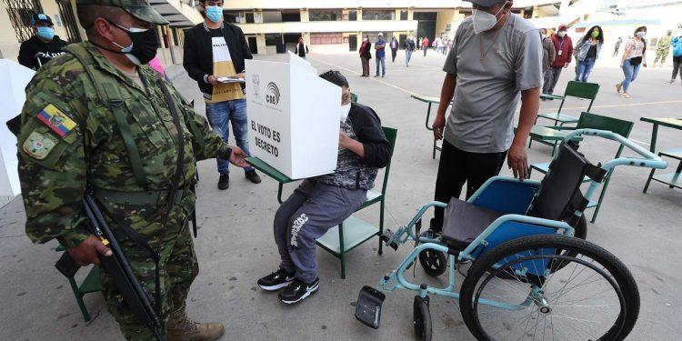 Se impone candidato conservador en elecciones presidenciales ecuatorianas